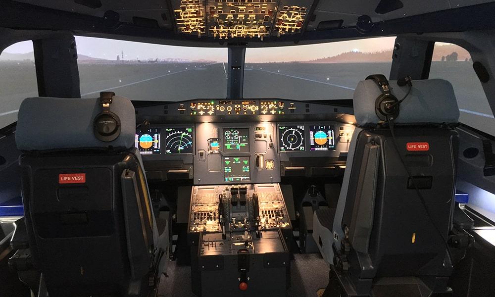 Auriculares BPHS1 y micrófonos PRO70 de Audio-Technica en avanzados simuladores de vuelo