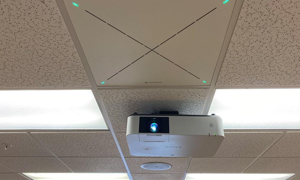 La Universidad del Sur de Florida lleva el aprendizaje híbrido al siguiente nivel con Sennheiser TeamConnect Ceiling 2