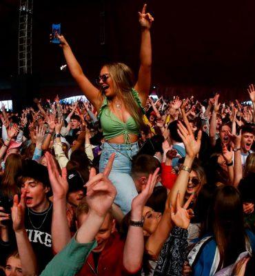 Liverpool organiza concierto para cinco mil personas sin mascarillas ni distanciamiento social